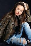 Portrait der Frau Sie sitzend und betrachtend Lizenzfreies Stockfoto