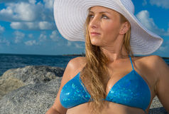Portrait der Frau am Strand lizenzfreie stockfotos