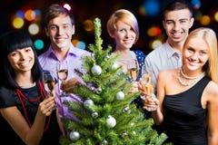 Portrait der Freunde, die neues Jahr feiern Stockbild