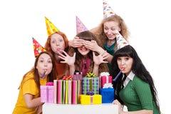 Portrait der frohen Frauen mit Geschenken Lizenzfreie Stockfotografie