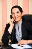 Portrait der Geschäftsfrau benennend per Telefon Stockfotografie