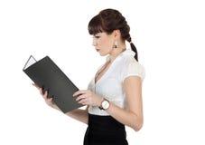 Portrait der Geschäftsfrau ein Faltblatt anhalten Lizenzfreies Stockfoto