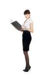 Portrait der Geschäftsfrau ein Faltblatt anhalten Lizenzfreies Stockbild