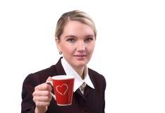 Portrait der Geschäftsfrau mit einem roten Cup stockfotografie