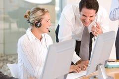 Portrait der Geschäftskollegen, die an Laptop arbeiten stockfotografie