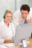 Portrait der Geschäftskollegen, die an Laptop arbeiten stockfoto