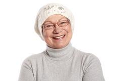 Portrait der glücklichen älteren Dame in der Schutzkappe Stockfotos