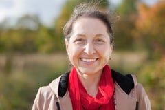 Portrait der glücklichen fälligen Frau Stockbild