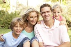 Portrait der glücklichen Familie im Garten Stockbild