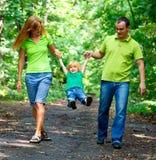 Portrait der glücklichen Familie im Park lizenzfreie stockbilder