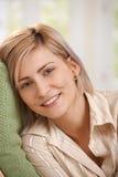 Portrait der glücklichen Frau zu Hause Lizenzfreies Stockfoto