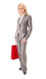 Portrait der glücklichen Geschäftsfrau mit rotem Beutel Lizenzfreies Stockfoto