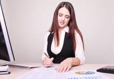 Portrait der glücklichen jungen Geschäftsfrau Lizenzfreie Stockfotografie