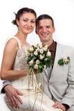 Portrait der glücklichen Jungvermählten auf weißem Hintergrund lizenzfreie stockfotos