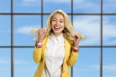 Portrait der glücklichen lächelnden jungen Geschäftsfrau Stockfotos