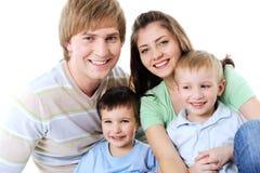 Portrait der glücklichen lachenden jungen Familie Stockfotos