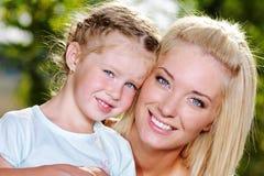 Portrait der glücklichen Mutter und der Tochter Lizenzfreie Stockfotos