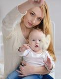 Portrait der glücklichen Mutter und des Schätzchens stockbild