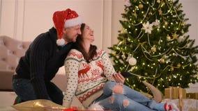Portrait der glücklichen Paare Sie tun Selfie und lächeln zusammen Konzept des guten Rutsch ins Neue Jahr und der frohen Weihnach stock video footage