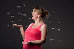 Portrait der glücklichen schwangeren Frau, die Spaß hat stockbilder