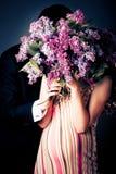 Portrait der glücklichen schwangeren Frau mit hus Stockfotos