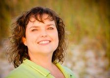 Portrait der glücklichen von mittlerem Alter Frau Lizenzfreie Stockfotos