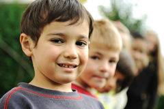 Portrait der Gruppe, Kinder im Freien stockbild