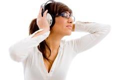Portrait der hörenden Musik der Frau Lizenzfreie Stockfotografie