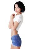 Portrait der hübschen Frau in den kurzen Jeans Stockbilder
