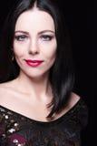 Portrait der herrlichen Brunettefrau Sie hat große grüne Augen und weiche rosa Lippen Helles Abendmake-up Stockbild