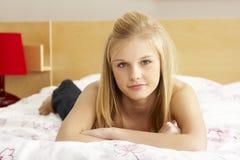 Portrait der Jugendlichen im Schlafzimmer Lizenzfreies Stockfoto
