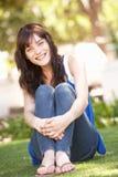 Portrait der Jugendlichen sitzend im Park Lizenzfreie Stockfotografie