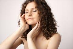 Portrait der jungen attraktiven Badekurortfrau ein getrennt worden Stockbild