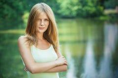 Portrait der jungen attraktiven Frau lizenzfreies stockfoto