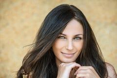 Portrait der jungen attraktiven lächelnden Frau Stockfoto