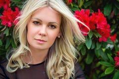 Portrait der jungen blonden Frau Stockfotografie