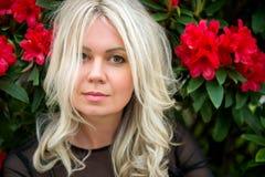 Portrait der jungen blonden Frau Stockfotos