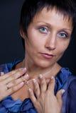 Portrait der jungen Brunettefrau im Blau auf Schwarzem Lizenzfreies Stockfoto