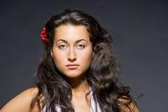 Portrait der jungen dunklen behaarten schönen Frau Stockfotos