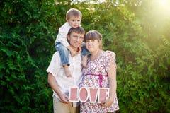 Portrait der jungen Familie im Park Stockfotografie