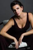 Portrait der jungen Frau auf dunklem Hintergrund Stockfotos