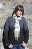 Portrait der jungen Frau an der Wand lizenzfreie stockfotografie