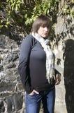 Portrait der jungen Frau an der Wand lizenzfreies stockfoto