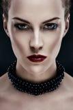 Portrait der jungen Frau des schwarzen Haares Stockbild