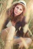 Portrait der jungen Frau draußen Stockfotografie