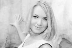Portrait der jungen Frau draußen. Schwarzweiss-Spalte Stockfotos