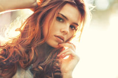 Portrait der jungen Frau draußen Lizenzfreies Stockbild