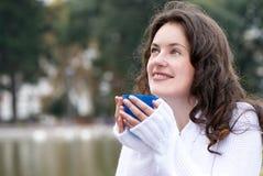 Portrait der jungen Frau ein Becher eines heißen Getränks Stockbilder