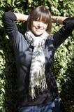 Portrait der jungen Frau gegen grüne Blätter lizenzfreie stockfotografie