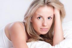 Portrait der jungen Frau im Bett Lizenzfreies Stockbild